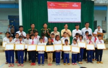 Các em HS trường Tiểu học Nguyễn Văn Trỗi, xã Sa Loong, huyện Ngọc Hồi nhận học bổng.