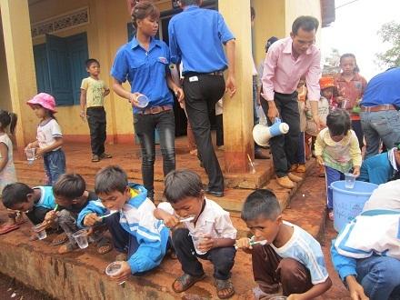 Hướng dẫn các em nhỏ vệ sinh răng miệng đúng cách.