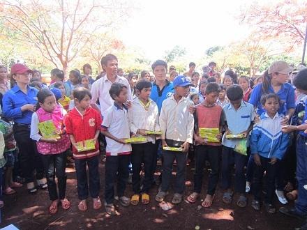 Các tình nguyện viên tặng quà cho các em HS.