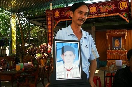 Ngô Thế Hòa - bố của em Ngô Thế Hiệp đau xót cầm di ảnh con trai.