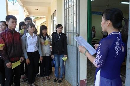 Giám thị tại hội đồng thi trường THPT Buôn Ma Thuột gọi thí sinh vào phòng thi. (Ảnh: Viết Hảo)