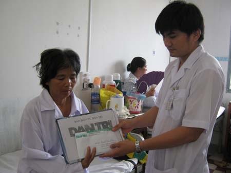Bà Kiệm không chịu nhập viện vì thương cháu Phước - 1