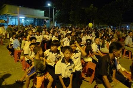 Đông đảo các em học sinh và phụ huynh đến xem các chiến sĩ công an biểu diễn văn nghệ.