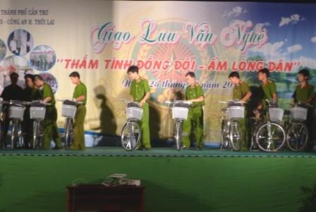Các chiến sĩ công an đưa xe đạp lên sân khấu, chuẩn bị đến phần trao cho các em học sinh nghèo.