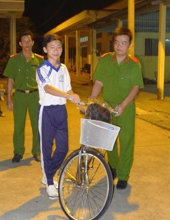 Các chiến sĩ công an huyện Thới Lai tận tình giúp các em nhận xe đạp.