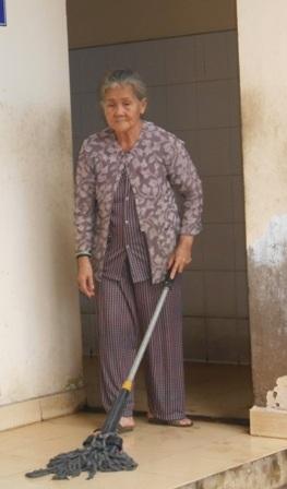 Mẹ già chịu cảnh hôi thối, đổi sự sống cho 2 con