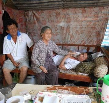 Hàng ngày bà Tư chấp nhận cảnh hôi thối để kiếm tiền đổi lấy sự sống cho hai đứa con trai bệnh tật