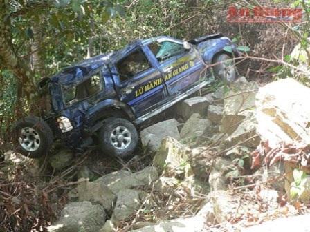 9 người thoát chết khi xe lữ hành rơi xuống vực núi Cấm