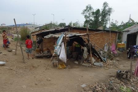 Những căn nhà ọp ẹp của xóm bắp dưới chân cầu Cần Thơ (bờ Vĩnh Long)