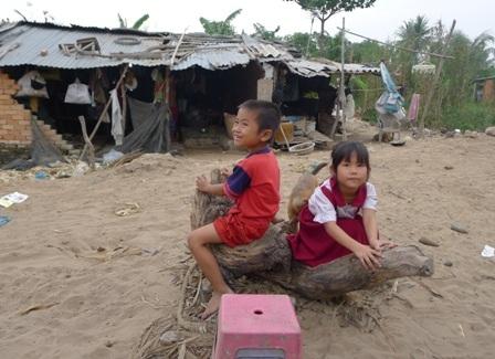 Những đứa trẻ thiệt thòi nơi xóm bắp