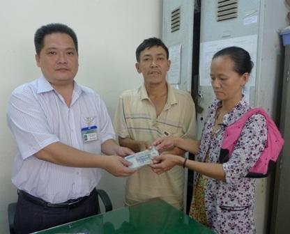 Đại diện bạn đọc Dân trí ông Trần Văn Tốt - Phó chủ tịch UBND phường An Lạc trao số tiền