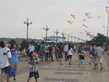 Vào thứ 7, chủ nhật có khi đến gần 1.000 lượt người đến xem và thả diều tại công viên này