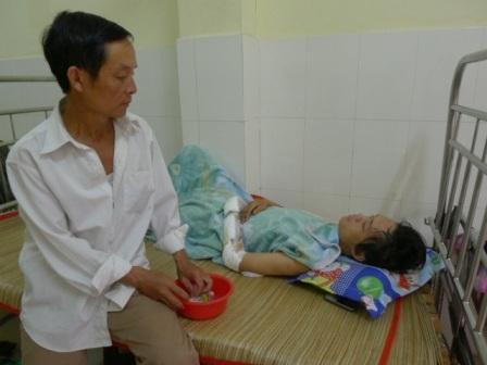 Qua 4 ngày điều trị, anh Quang vẫn còn hiện tượng chóng mặt
