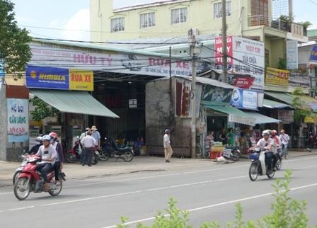 Một cây xăng nhỏ nằm lọt thỏm giữa khu dân cư và kinh doanh đông đúc