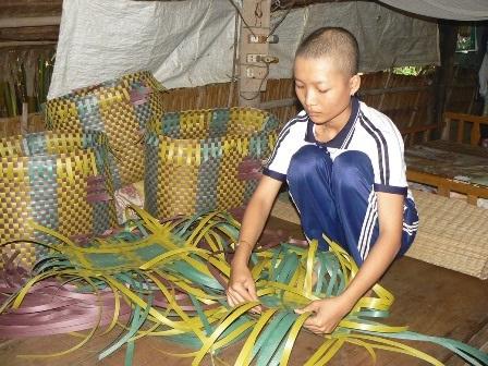 Quên đi bệnh tật Ái Vân đan vỏ kiếm tiền nuôi ước mơ giảng đường