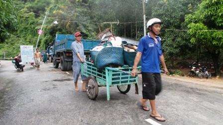 Các thương lái đến nhận hàng hoá