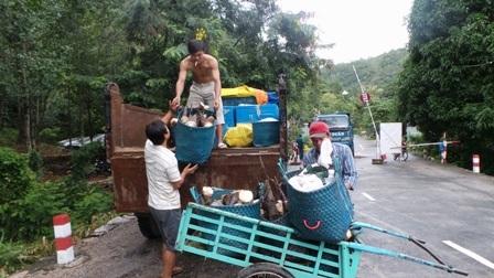 Xe tải chở nông sản của người dân từ trên núi xuống