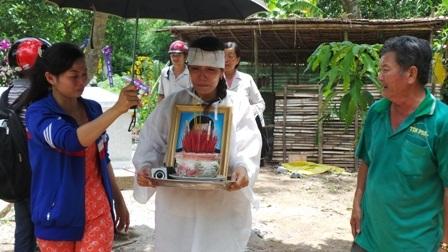 Nổi đau tột cùng của người vợ trẻ và người cha chạy xe ôm nuôi anh Tôn ăn học