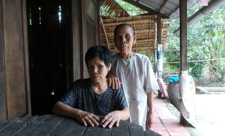 Cụ Nhàn (ngồi) và cụ Ba sống trong nghèo khó, phải nhờ đến sự giúp đỡ của bà con hàng xóm
