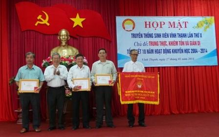 Dịp này Trung ương Hội Khuyến học Việt Nam tặng cờ thi đua xuất sắc 2013 cho huyện hội Vĩnh Thạnh.