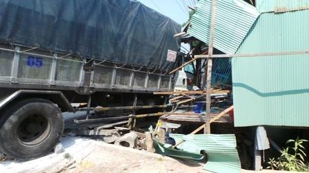 Chiếc xe tải đâm xầm vào nhà ông Sơn, cách nơi ngủ của vợ chồng ông Sơn chỉ trong gang tấc