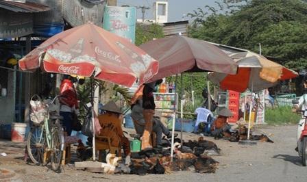 Người mua chỉ ham gà, vịt tươi nên cũng đánh liều mạng sống đến chợ này mua về dùng