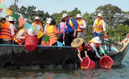 Dịp này BTC thả hơn 290.000 con cá giống quý hiếm bản địa ra sông Hậu