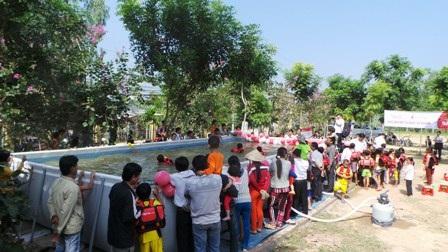 Hàng trăm học sinh tham gia diễn tập đối phó với lũ lụt