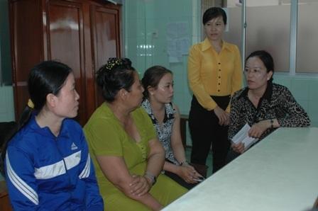 Đại diện Liên đoàn Lao động tỉnh Đồng Tháp đến thăm hỏi và tặng quà cho bệnh nhân Sang.
