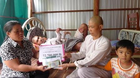 Đại diện bạn đọc Dân trí bà Nguyễn Thị Bé Bốn - Trưởng ấp Trung Sơn trao số tiền