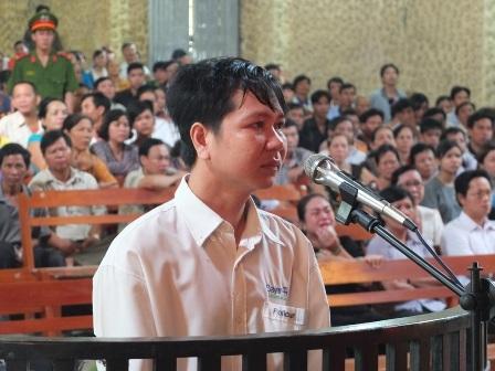 Thầy giáo tạt axit 4 đồng nghiệp lãnh án 4 năm tù