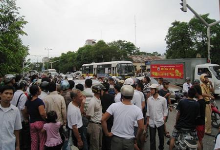 Hàng trăm người dân bức xúc khi chứng kiến sự việc