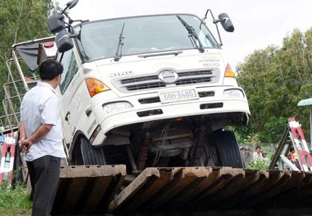 """Xe tải chở sắt """"bẻ gãy"""" cầu, một người mất tích - 1"""
