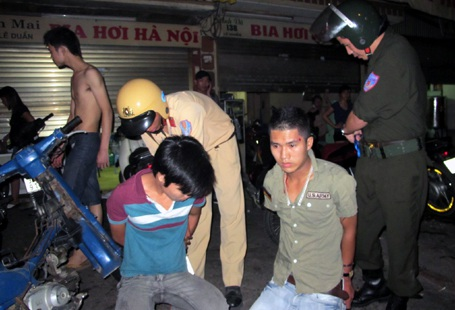 """Hà Nội: Cảnh sát nổ súng chặn """"quái xế"""" - 2"""
