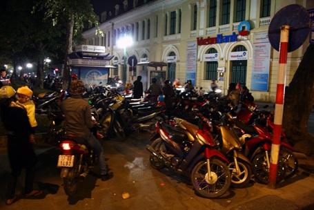 Hà Nội: Bãi trông xe hốt bạc trong đêm Noel - 2
