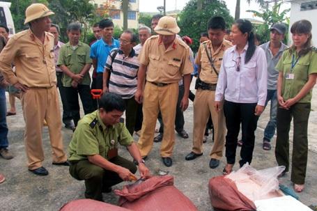 Hà Nội: CSGT bắt quả tang xe khách chở nầm thối