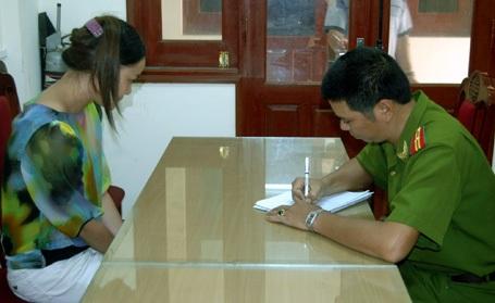 Cảnh sát lấy lời khai của má mì Đặng Thị Xuân Phú.