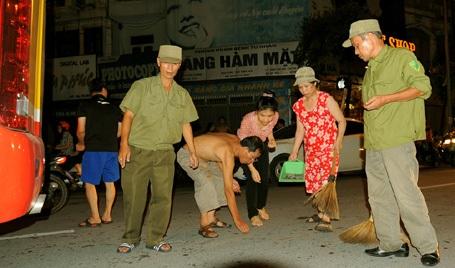 Đông đảo người dân tham gia quét dọn, thu gom đinh.