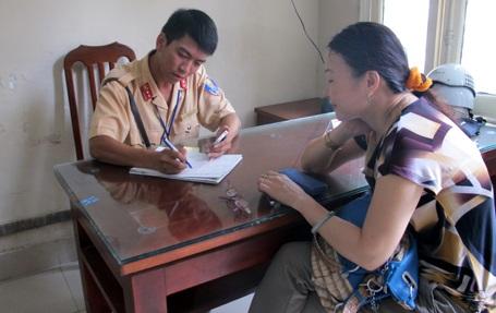 Trung úy Mai Hùng Sơn làm việc với nạn nhân.