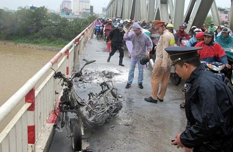 Vụ việc khiến giao thông trên cầu ùn ứ.