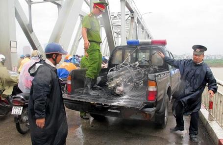 Lực lượng công an đưa chiếc xe về trụ sở để làm rõ.