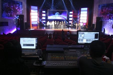 Sân khấu hoánh tráng cùng hệ thống âm thanh, hình ảnh được chuẩn bị kỹ lưỡng.