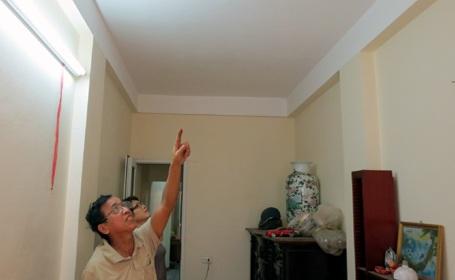 Mỗi khi trời mưa, nước lại thấm qua các khe nứt trên trần, dột ướt hết nhà bác Tuấn.