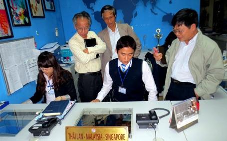 Đại diện Hội đồng Giám khảo khảo sát sản phẩm Hệ thống kinh doanh quản lý bán tour trực tuyến.