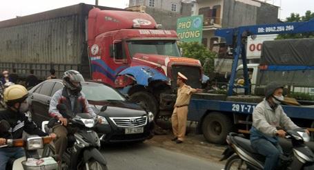 Xe cứu hộ được điều đến hiện trường để đưa chiếc xe container đi.