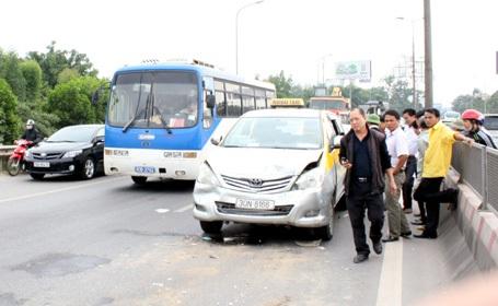7 chiếc ô tô dồn toa khiến đoạn đường này ùn tắc