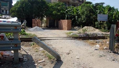 Hành lang an toàn đường sắt bị phá.