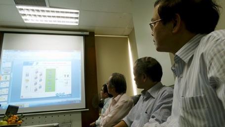 Thành viên nhóm tác giả giới thiệu sơ lược về sản phẩm.