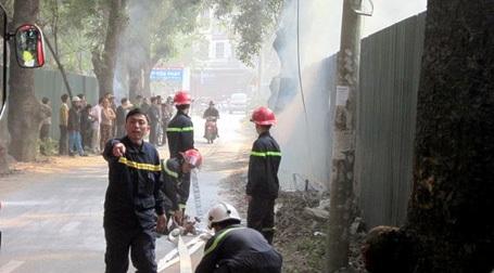 Lực lượng cứu hỏa chữa cháy cả trong và ngoài tường tôn.