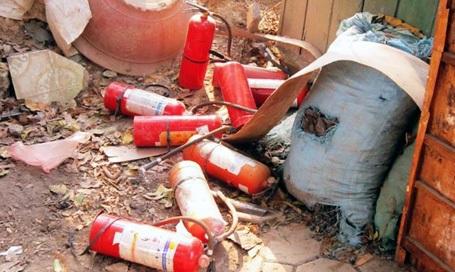 Nhiều bình cứu hỏa được sử dụng nhưng ngọn lửa vẫn bùng mạnh.